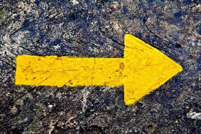 Flecha-amarilla-señales-del-camino